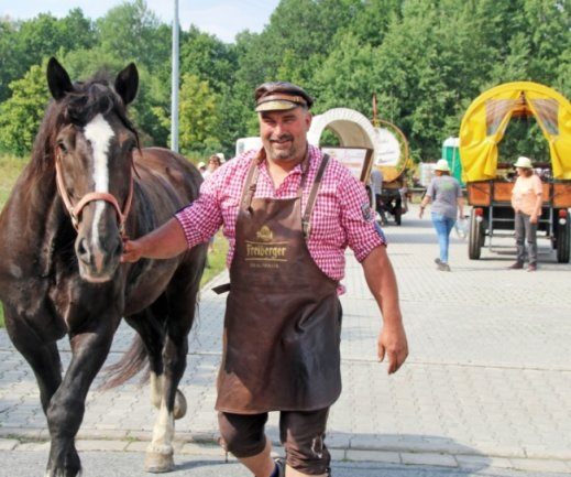 Maik Reichel bei der Versorgung der Pferde nach der Ankunft des Wagenzuges am Freiberger Brauhaus. Die nächsten Etappen führen durchs Erzgebirge bis nach Zwönitz und Alberoda.