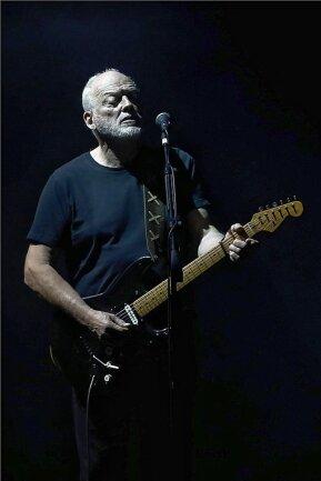 """Gitarrist David Gilmour mit seiner berühmten """"Black Strat""""."""