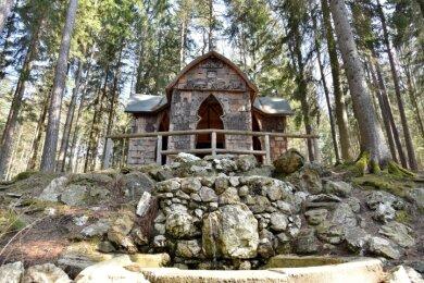 Auch wenn die Kreuzkapelle (1877) schon aus Vor-Schindel-Zeiten stammt: Der Waldpark am Brunnenberg trägt seine Handschrift.
