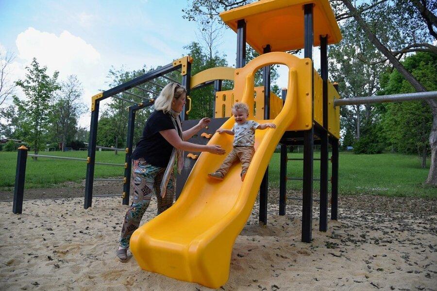 Ein neues Spielgerät mit einer Rutsche und Kletterelementen ist im Bereich der Rettungswache an der Talsperre Pirk aufgebaut worden. Eine Familie aus München hatte hier am Donnerstag Spaß.