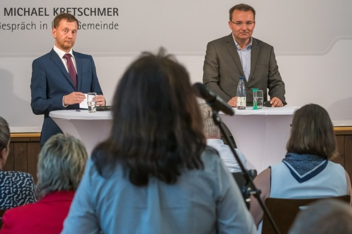 Bürgermeister Ingolf Wappler (Mitte) moderierte die Gesprächsrunde mit Ministerpräsident Michael Kretschmer und Landrat Frank Vogel.