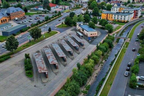 Der Busbahnhof Rodewisch gilt neben Plauen als Drehkreuz für Personennahverkehr im Vogtland. Den Passagieren präsentiert er sich wie im Jahr 1985, als die Umsteigestelle gebaut wurde. 2022 soll der Umbau mit Verzögerung umgesetzt werden. Aus sechs werden acht Bussteige.