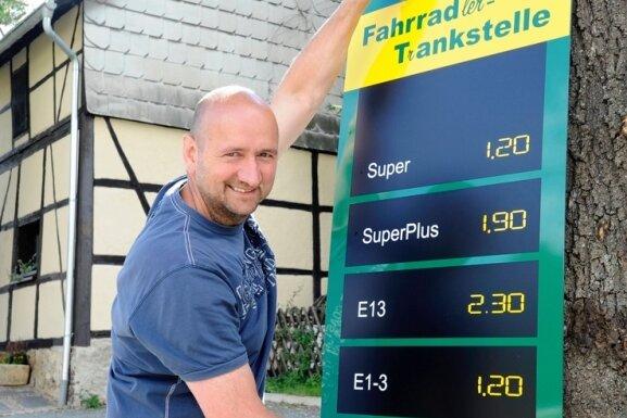"""<p class=""""artikelinhalt"""">Anhalten, Absteigen und Auftanken. Frank Wirth hat in seiner Gaststätte """"Scheune"""" in Oberreichenbach die erste Fahrrad-Tankstelle weit und breit eröffnet. Hinter Super, Super-Plus, E 13, E 1 - 3 und Normal verbergen sich die unterschiedlichsten Getränke.</p>"""