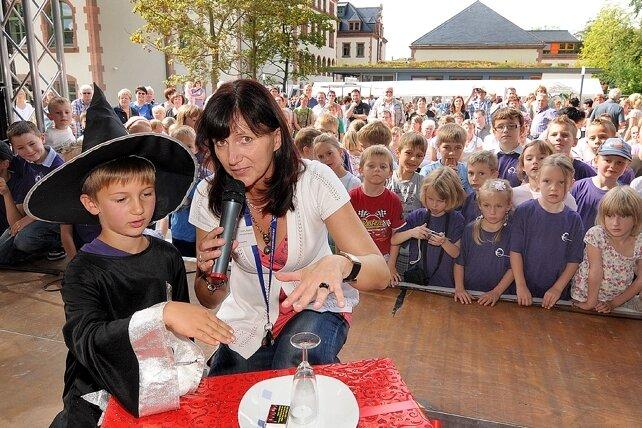 Hortpädagogin Ines Klein und Zauberer Julian begeisterten die Zuschauer beim Kinderfest im Außengelände des Bildungszentrums.