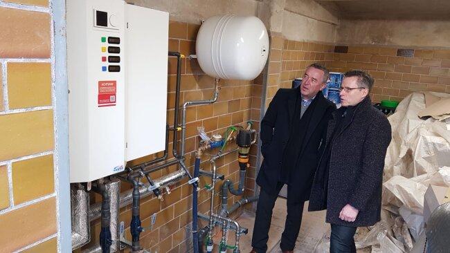 Oberbürgermeister Ralf Oberdorfer (FDP), links, in den Handwerkerhäusern neben Matthias Kunath, Geschäftsführer der Envia Therm.