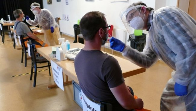 Im Olbernhauer Testzentrum wurden am Dienstag Mitarbeiter des Bauhofs getestet. Hier nimmt Hans-Georg Heidinger einen Abstrich.