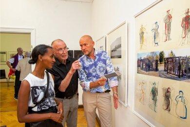 Klaus Helbig (Mitte) im Gespräch mit Ethalem und Andreas Baus, die extra aus Berlin zur Ausstellungseröffnung nach Plauen anreisten.