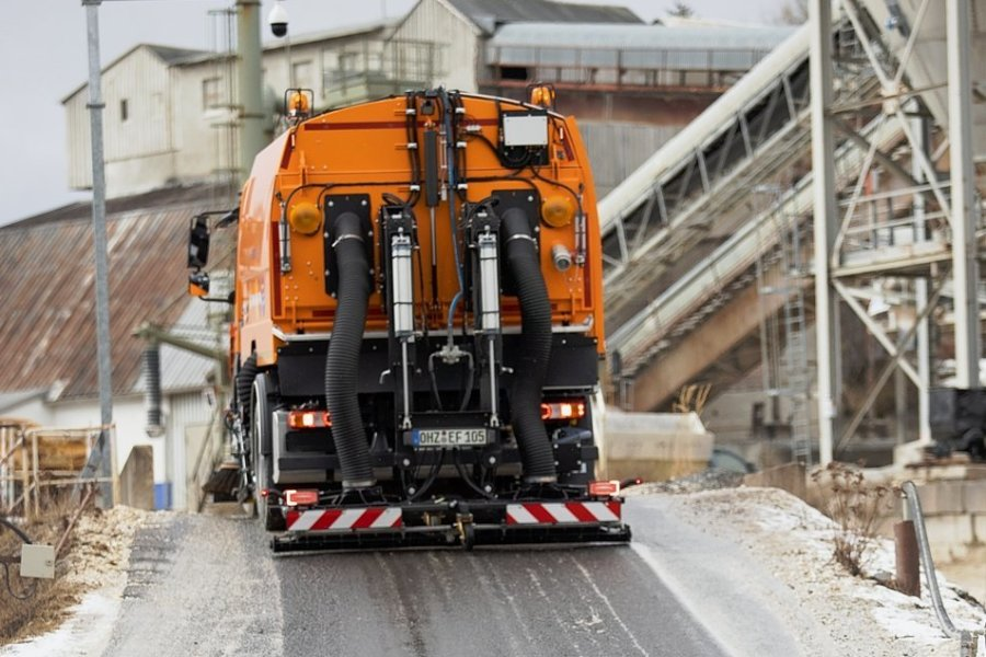 Die Firma Geomin hat eine neue Hochdruckkehrmaschine, die für saubere Straßen auf dem Werksgelände und im Ort sorgen soll.