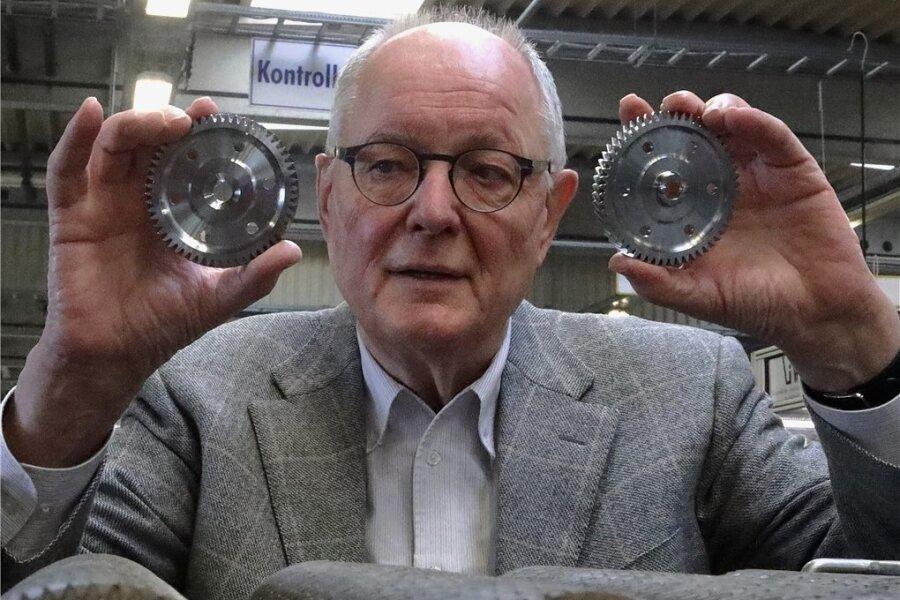 Hubertus Bartsch mit Produkten seines Unternehmens.
