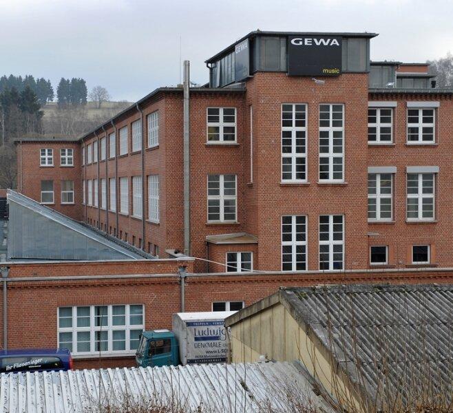 Auf dem ehemaligen Halbmond-Gelände an der B 92 befindet sich eines von zwei Adorfer Werken des Musikgroßhandels Gewa.
