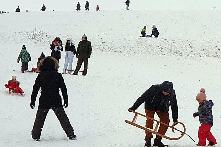 Trotz der Corona-Pandemie erfreut sich der Gornauer Rodelhang auch in diesem Winter großer Beliebtheit. Speziell an den Wochenenden ist er ein Ausflugsziel für viele Familien aus der Region.