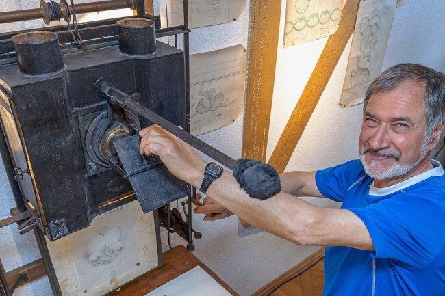 Hans Beyer, Mitglied im Museumsverein, an dem in Plauen hergestellten Vergrößerungsapparat für Stickereimuster.