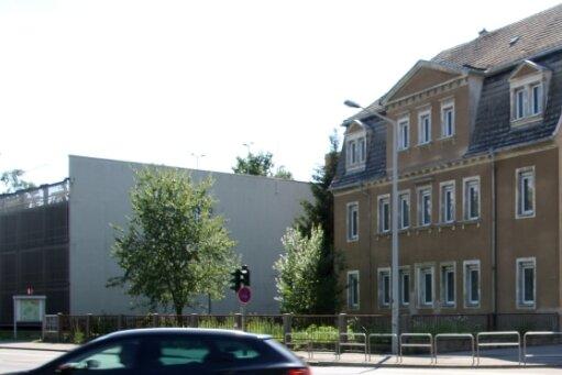 Auf dem Eckgrundstück zwischen Beethoven- und Külzstraße in Freiberg könnte bis 2025 ein Hotel entstehen: links im Bild das Parkhaus und rechts im Hintergrund das Tivoli.