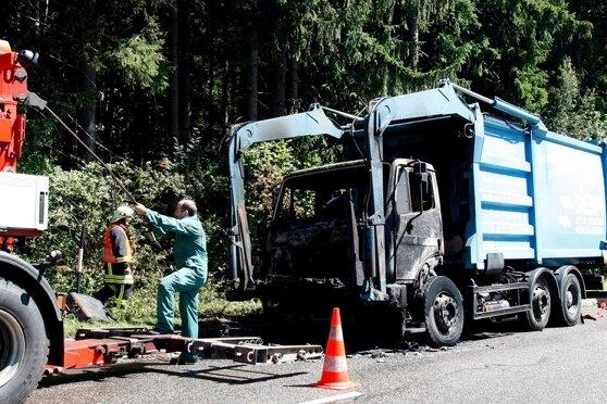 """<p class=""""artikelinhalt"""">Dieser Laster geriet am Montagmittag zwischen Erdmannsdorf und Chemnitz vermutlich wegen eines technischen Defekts in Brand.</p>"""