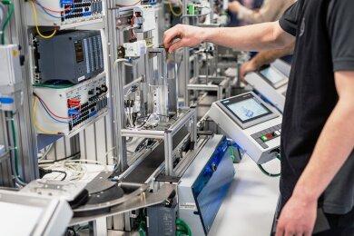 """""""Automatisierung steigert Produktivität"""", sagt Transformationsforscher Harald Welzer. Und zieht den Schluss, dass dadurch ein Mehrwert geschaffen werde, sodass man den Menschen für weniger Arbeitszeit das gleiche Geld zahlen könne. Dann könnten diese """"etwas Vernünftiges"""" mit ihrer Zeit machen. DasBild zeigt ein Industrie-4.0-Labor im Daimler-Ausbildungszentrum im baden-württembergischen Eßlingen."""