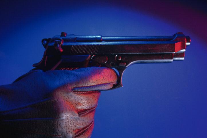 Jugendlicher zieht Pistole und fordert Bierflasche