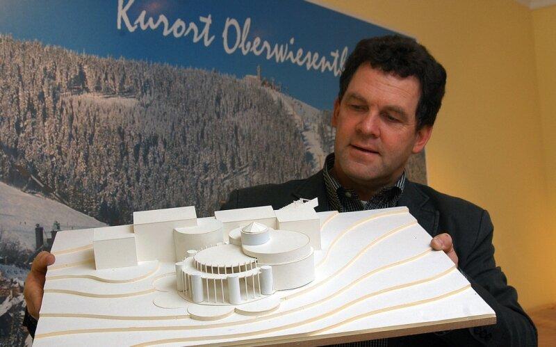 Ferienpark-Chef Jens Ellinger zeigt das Modell seiner geplanten Wellnessanlage.