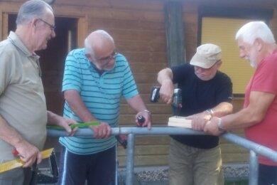 Horst Weikert, Klaus-Peter Görne, Wolfram Thieme und Achim Knittel (von links) aus Kriebstein haben sich für die Erneuerung des Geländers an der Rollsportanlage engagiert.