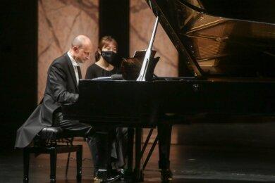 Generalmusikdirektor Guillermo Garcia Calvo eröffnete am Klavier mit Werken von Beethoven und Schostakowitsch die Konzertsaison.
