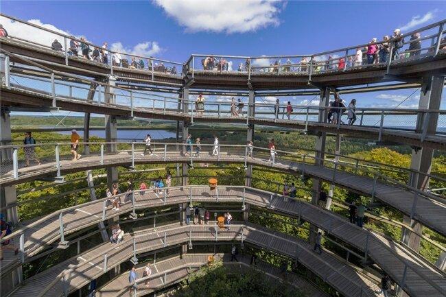 Immer im Kreis nach oben: Der Aussichtsturm im Naturerbe Zentrum ist einem Adlerhorst nachempfunden.