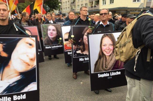 Bei der Kundgebung der AfD am Samstag in Chemnitz wurde unter anderem ein Plakat mit der getöteten Sophia L. gezeigt.