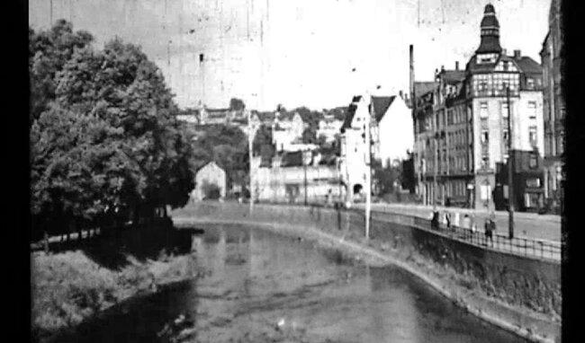 Blick von der Alten Elsterbrücke in Plauen auf Häuser, die längst nicht mehr stehen.