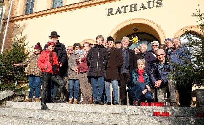 Das Demo-Ende auf den Reichenbacher Rathaustreppen markiert für Pfarrer Andreas Alders (vorn rechts) einen Anfang. Bei den nächsten globalen Aktionstagen ist auch eine Kundgebung auf dem Markt möglich.