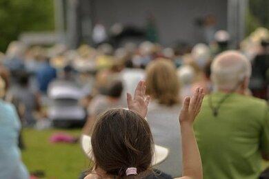 Konzerte, denen man von der Picknickdecke aus folgt, sind im Grunde nichts Neues. Die Abstandsregeln in Zeiten von Corona machen nun ein komplett eigenständiges Genre daraus.