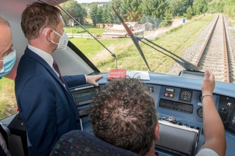 Triebfahrzeugführer Torsten Henning gewährte Ministerpräsident Michael Kretschmer und Marienbergs Oberbürgermeister André Heinrich Einblicke in den Führerstand.