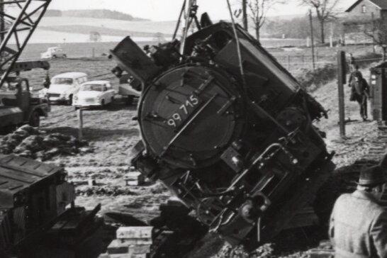 Ein Kran hob die schwere Lok nach dem Unfall wieder auf die Gleise, damit sie in den Bahnhof Friedersdorf geschleppt werden kann. Das war das Ende der Schmalspurstrecke.