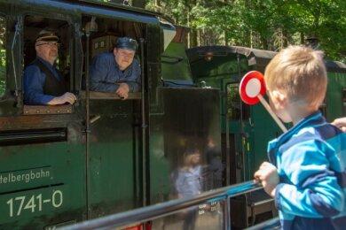 """Kinder willkommen: Die Fichtelbergbahn darf sich jetzt """"Familienfreundliche Freizeiteinrichtung"""" nennen."""