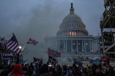 Mittwoch in der US-amerikanischen Hauptstadt: Tränengas gegen Aufrührer vor dem Parlamentsgebäude, dem Kapitol.