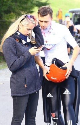 Das Smartphone hilft beim Ergebnischeck: Terence Weber und Freundin Constanze.