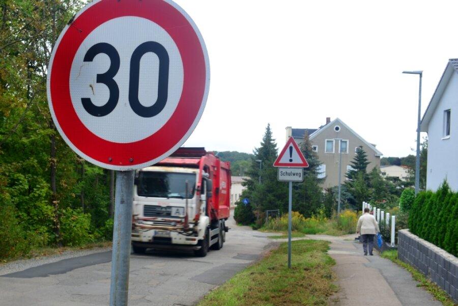 In der Amalienstraße in Frankenberg gilt ein Tempo-30-Limit. Einen richtigen Gehweg mit Bordsteinen sucht man aber vergebens.