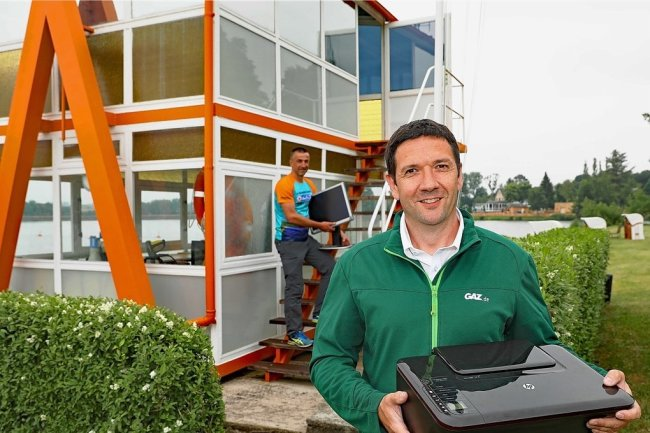 Andreas Nöske hat Organisationsleiter Ronny Enke beim Einräumen des Org.-Büros im Schwimmmeisterturm am Strandbad geholfen.