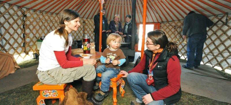"""<p class=""""artikelinhalt"""">In einer echten mongolischen Jurte begrüßte Reiseexpertin Nicole Backhaus (rechts) Anja Seidel mit Sohn Elias aus Zschorlau. </p>"""