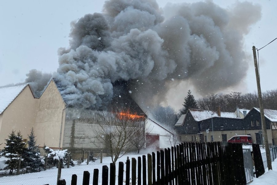 Niedergebrannt ist eine Scheune im Neukirchener Ortsteil Dänkritz am Samstagmittag.