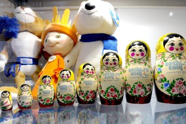 Souvenirs, Souvenirs: Erst Olympia, im Anschluss die Paralympics: Matrjoschkas und Maskottchen warten als offizielle Fanartikel auf ihre Käufer.