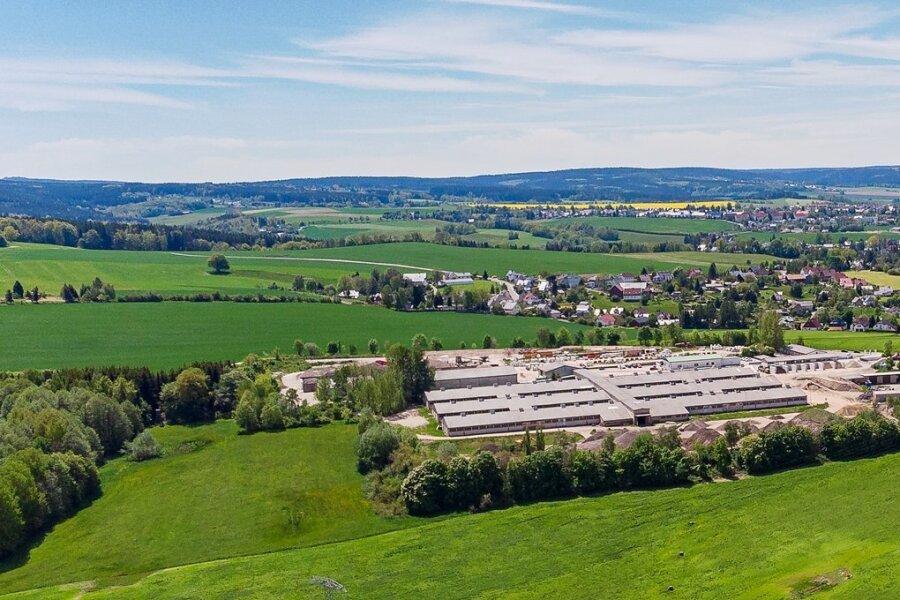Gelände und Hallen der früheren Rindermastanlage am Rande von Rützengrün werden heute von der Avesa GmbH genutzt. Der Entsorgungsfachbetrieb betreibt dort unter anderem eine Boden- und Baustoffrecyclinganlage und möchte den Standort erweitern. Foto: David Rötzschke
