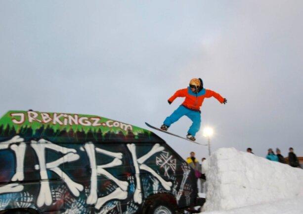 """<p class=""""artikelinhalt"""">Bei der """"Snowboard-Jam"""" in Augustusburg konnte Julian Bachmann (16) aus Chemnitz, hier beim Sprung über den Bully, den Pokal einheimsen. </p>"""