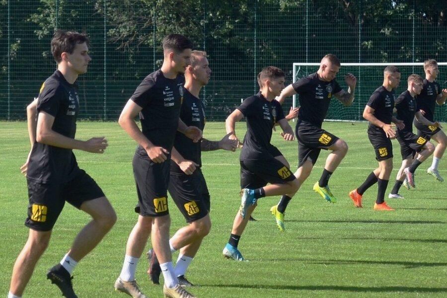 Marc Philipp Zimmermann (rechts) leitete am Montag die Erwärmung beim Trainingsstart von Regionalligist VfB Auerbach. Das Team ist eines der wenigen der Liga, das noch aus Amateuren besteht.