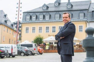"""Rico Geisler vor dem ehemaligen """"Ratskeller"""", einem Objekt der Wohnbaugesellschaft, das heute ein italienisches Restaurant ist."""