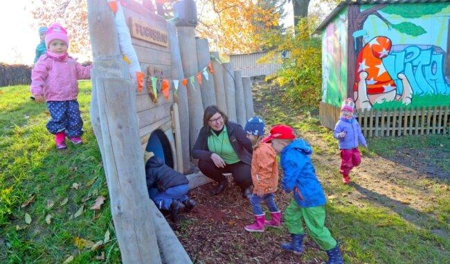 """Jeder wollte mal hindurch kriechen: Der am Donnerstag eröffnete Spieltunnel """"Fuchsbau"""" kam bei den Kindern der Kita """"Sachsenring"""" gut an. Leiterin Anke Mack betätigte sich als Einlassdienst."""