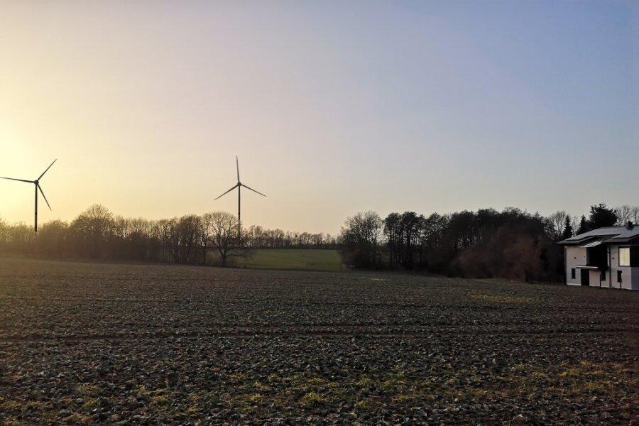 Zu nah an der Wohnbebauung? Diese maßstabsgerechte Fotomontage zeigt zwei der bis zu vier Windkraftanlagen, die bei Freiberg geplant sind - hier der Blick vom Herrenweg in Kleinwaltersdorf.