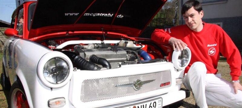 """<p class=""""artikelinhalt"""">Ronald Zenker und sein Trabant sind auch äußerlich ein Team. Unter der Haube hat das Auto VW-Technik. </p>"""
