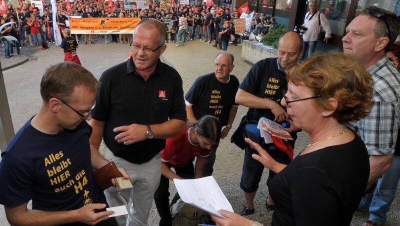 """<p class=""""artikelinhalt"""">Im Anschluss an die Kundgebung kam eine Abordnung der Demonstranten mit der Unternehmensleitung zu einem Gespräch zusammen, darunter auch Stefan Kademann von der IG-Metall (2. von links). Nicht jeder durfte hinein, die Kontrollen waren streng.</p>"""