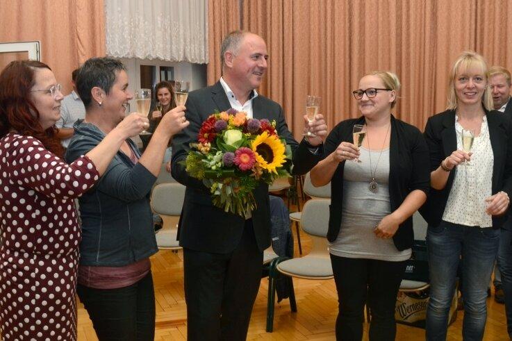 Glückwünsche für Jörg Kerber gab es am Sonntagabend in der Aula der Grundschule. Im Bild von links außer dem Wahlsieger seine Mitarbeiterinnen Heike Strauch-Laschewski, Katrin Kerber (zugleich seine Ehefrau), Nicole Heinrich sowie Kerstin Zimmer.