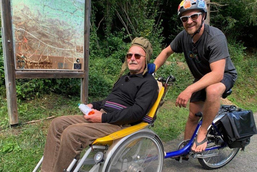 Guter Dinge: Rainer und Philipp Hageni bei ihrer dreitägigen Tour mit dem Rollstuhlfahrrad auf dem Alpe Adria Radweg.