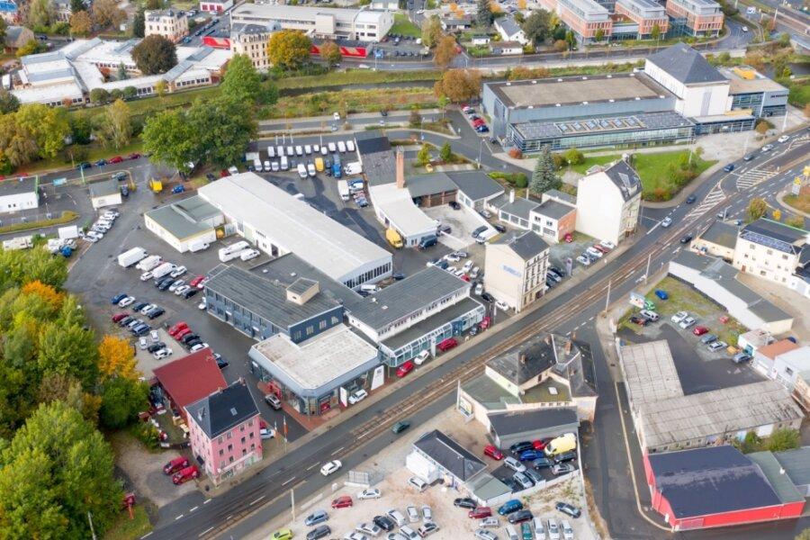 Der Anbau soll links neben dem Stadtbadgebäude entstehen, dort, wo sich jetzt der Parkplatz befindet (im Bild oben in der Mitte). Die Zufahrt erfolgt künftig über die Turnstraße links von dem rosa Gebäude links unten. Die jetzige Zufahrt über die Straße am Elsteranger wird dann gesperrt.