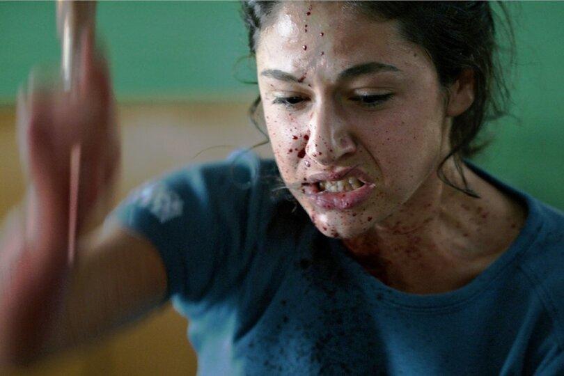 Polizeischülerin Nasrin (Soma Pysall) tickt unvermittelt aus und sticht wie von Sinnen auf ihren Kollegen ein.